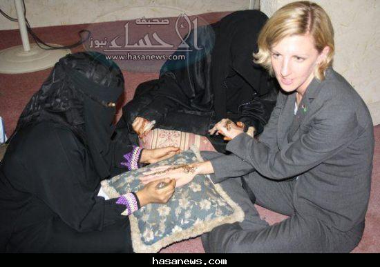 Cynthia Cook tries henna